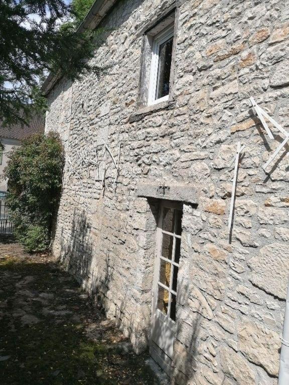 Magnifique demeure en pierre à rénover sur jardin clos
