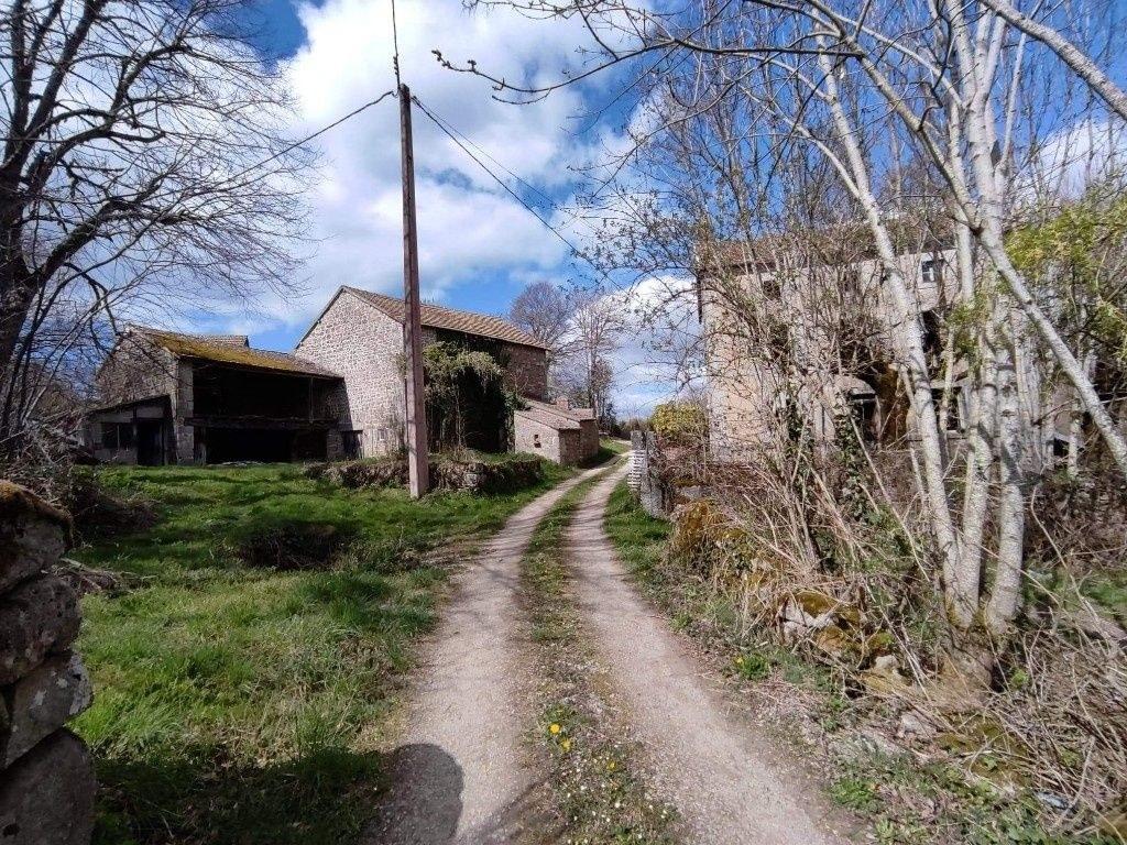 Maison et granges + 7000m2  terrain attenant