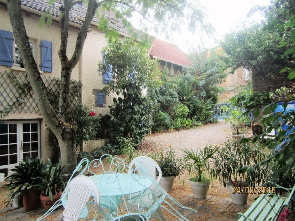 Proche de Beaulieu-sur-Dordogne, Maison d'habitation T3 avec 3 granges en pierres sur 900 m2 de terrain