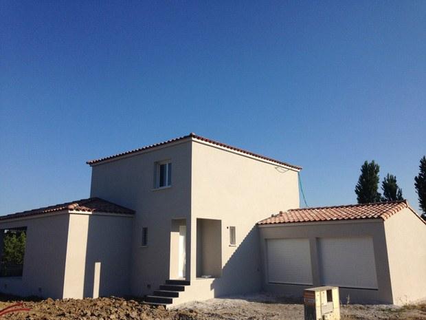 Maison néo-traditionnelle R+1 ; double garage; façade de couleur gris souris