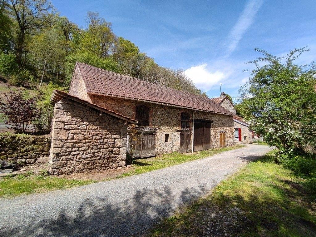Maison en pierres avec 7 500 m2 de terrain