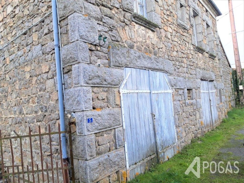 Maison de caractère en pierre sur jardin