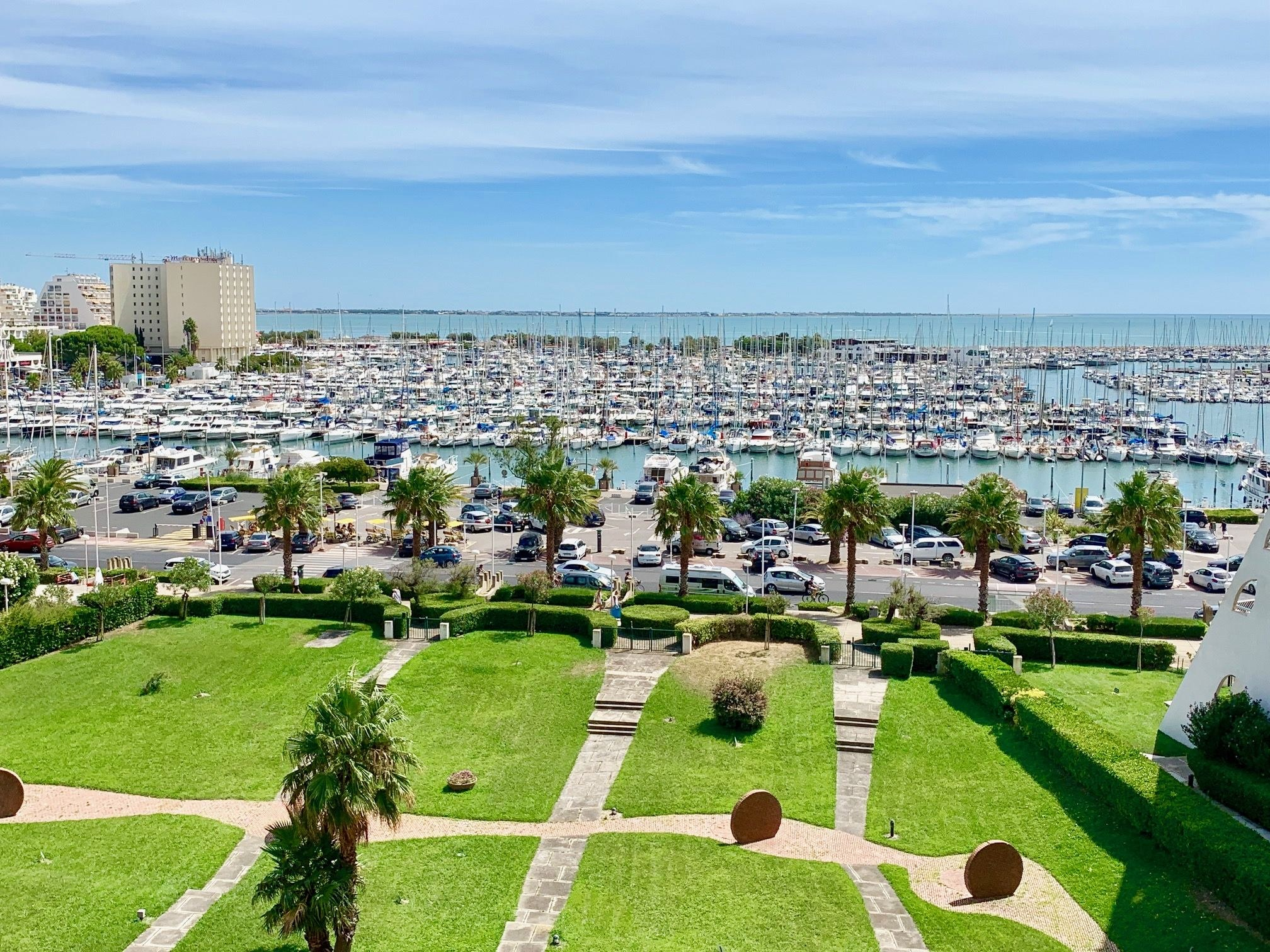LA GRANDE MOTTE PYRAMIDES IMMOBILIER STUDIO VUE PORT MER PARKING PLAGE ASCENSEUR